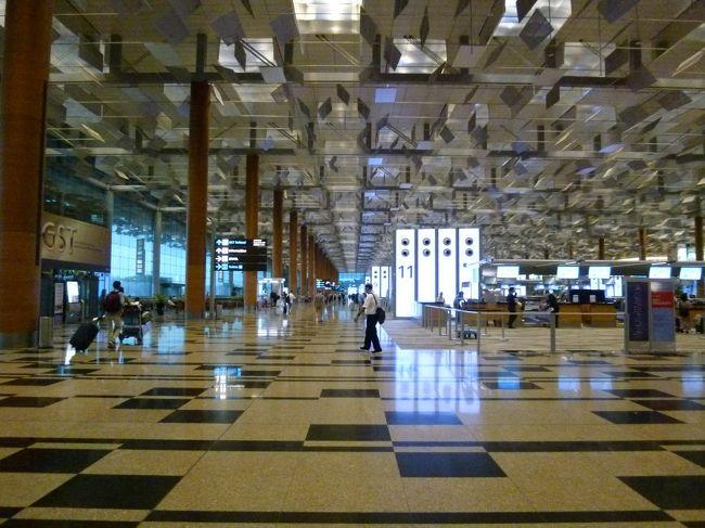 いよいよ帰国。<br /><br />一般的に国際線出発の2~3時間前には空港に到着しておいた方が良いとの事。今回利用するシンガポール航空の場合は、チェックインはネットで事前に出来ますが、東南アジア屈指のハブ空港であるチャンギ空港とあって、利用客も多く、荷物預けや保安検査場、出国審査等々で時間が消費され、更に子連れとなればトイレや水分補給も念頭に入れた行動は必須です。<br /><br />搭乗するのは9:25発のSQ0012便なので、連休で混み合うだろうし、7:00位には空港には到着しておきたい。調べたら各旅行会社ともに、市内ホテルから空港への現地オプショナルもあるらしい。<br />・HIS「混乗送迎プラン (ガイド無し)00:01 ~ 09:59 ご出発便 ガイド無し」2名以上料金で1人あたり3,790円 (S$48.00)、1名催行7,590円 (S$96.00)<br />・JTB「空港送迎 (片道)(22:01-09:59間出発のフライト)【市内ホテル⇒空港】コンビバスプラン」1名から催行可で1人あたり14,401円 日本円払<br />・ホットホリデー「専用車利用(チャーター)空港送迎 市内ホテル発シンガポール空港行き (片道)シンガポール市内ホテルお迎え ベンツ200 (現地語運転手のみ) 22:00-7:59の夜間利用」1名から催行可で1人あたり12,661円(S$160.00)<br />安心確実は保証出来るが、早朝利用となると通常よりも割高設定とは言え、3人分ともなると出費も痛いのが実情なので結局却下。<br /><br />空港までは荷物もあるので、タクシーでの移動も考えましたが、実はMRTでもベイフロント駅始発から数本目までに乗れれば、目的の時間にはチャンギ空港到着は可能との事。<br /><br />ベイフロント駅からチャンギエアポート駅までの、e-link割引運賃がS$1.75に対し、持っているez-linkの残額がS$2.27なのでうまく使い切れます。<br /><br />【ツアー】<br />なし(HISオンライン予約「正規割引航空券 シンガポール航空」)<br />【日程】<br />06:11 MRTダウンタウン線 ベイフロント駅→エキスポ駅<br />06:49 エキスポ駅着<br />06:58 MRT東西線チャンギ空港支線 エキスポ駅→チャンギエアポート駅<br />07:06 チャンギエアポート駅着<br />07:38 スカイトレイン ターミナル3(Station B)→ターミナル1(Station C)<br />07:42 ターミナル1(Station C)着<br />07:42 徒歩 ターミナル1→ターミナル3<br />08:00 朝食「KrisFlyer Gold Lounge」<br />08:45 スカイトレイン ターミナル3(Station B)→ターミナル1(Station C)<br />08:49 ターミナル1(Station C)着<br />09:45 SQ0012 シンガポール→成田<br />17:17 成田到着<br />
