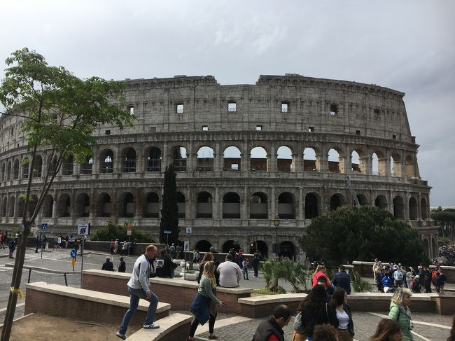 2019年のGWは10連休。イタリアは夏はとても暑そうなので、良い機会だと、気候が良さそうなこの時期に夫婦で行くことに。<br /><br />私は約30年ぶり、夫は初めてのイタリアです。<br />ローマに2泊した後、フィレンツェに移動して2泊、その後またローマに戻りました。<br />ローマもフィレンツェも予報では最高気温は20度から23度くらいだったので暖かいのかな、と思いましたが、現地ではユニクロのダウンを着てる人をたくさん見かけました。朝晩は冷えるからかしら?<br /><br />こちらの旅行記では<br /><br />ソウルからフィンエアーのビジネスクラスでソウルまで。<br />フィウミチーノ空港からホテルまではタクシー、ローマではコロッセオ、あと日本語オプショナルツアーでバチカン美術館。<br /><br />