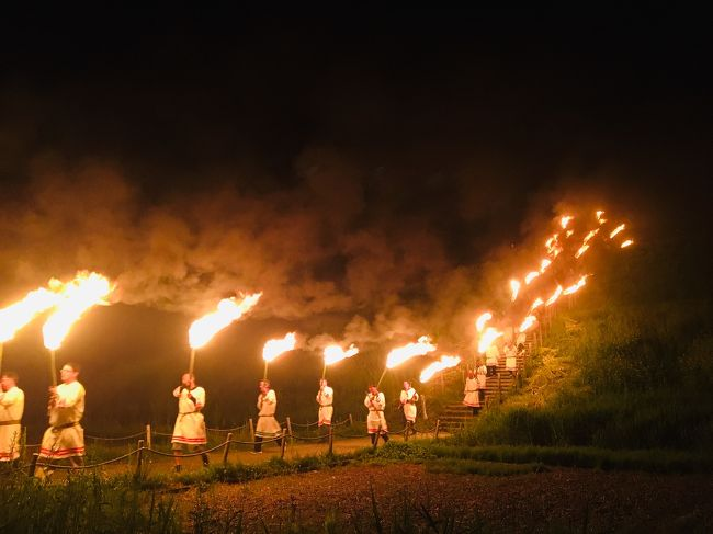 <br />5月4日 <br />火祭り。よく耳にするお祭りですが、ここ さきたま古墳群での 火祭りは、格別でした、 <br /><br />仕事の関係で、今のわたしのテーマは、万葉、平安時代、、万葉集、古今和歌集を紐解き、表現していく、、、 又 古代の時代にも心惹かれます。今回そのきっかけとなりました、<br /><br />今回、心惹きつけられた  歌 (日本神話の木花咲耶姫へ繋がる歌)<br />                                          ↓<br />「ねがはくは 若き  木花咲耶姫  わが心をも 花に<br />    したまへ」                         与謝野鉄幹<br /><br />特に  今 この、木花咲耶姫 に強く惹かれてしまいました。ニニギノミコトとの神話には、興味深々です、<br />あるきっかけで、なんと、このものがたりを再現している火祭りがある!と知りました。<br /><br />さきたま古墳群で開催される火祭りがあるそうで、5月4日  埼玉、行田市まで、出かけてきました。<br /><br />行田  火祭り    あまり知られていないのですが、、<br />これが、侮る事なかれ!!実に素晴らしいお祭りでした。<br /><br />我々 大和民族の魂を感じ、神々との関わり、深い信仰、文化を知る事になりました、<br /><br /> ☆ 参考までに、、私が、ほかにも経験した、不思議な世界を垣間見た ブログです、<br />よろしければ、ご覧ください<br /><br />https://4travel.jp/travelogue/11439827 <br />神霊スポット呪縛<br />https://4travel.jp/travelogue/11188917<br />那須の森<br />https://i.4travel.jp/travelogue/edit/11428346<br />パワースポット<br />https://4travel.jp/travelogue/11403159<br />アラスカ、山神さま<br />https://4travel.jp/travelogue/11313439<br />アメリカ空軍基地での深いい話<br /><br /><br />瓊瓊杵尊(ニニギノミコト)は、アマテラスの命を受け、三種の神器を携え、多くの神々を率いて高千穂に降った天孫です。天孫降臨の神話として有名です。邇邇芸命、もしくはひらがなで、ににぎのみことと記されることも多くあります。<br /> <br />まさしく今 、令和の御代になり、ニュースで、三種の神器の事を 毎日 耳にしています、<br />アマテラス大御神は、今の天皇陛下のご先祖様です我々日本人の総師神です、<br />不思議なお力を感じます。
