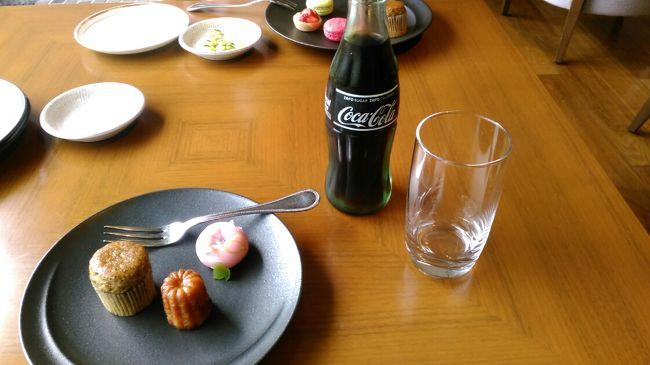 ゴールデンウィーク最終日にあたる5月5日から6日にかけてグランドプリンス高輪のクラブルームに宿泊しました。1月に芝公園の東京プリンスタワーのクラブルームを満喫したので、今回はプリンスホテルが固まる品川、高輪のホテルをと思い、グランドプリンス高輪のクラブスーペリアダブルに宿泊しました。宿泊ルームは1477号室で東京タワーが正面に見える20㎡位のダブルルームです。部屋は別にして、目的はあくまでクラブラウンジです。グランドプリンス高輪には「クラブラウンジ 花雅」があり、朝10時から17時までのティータイム、17時から19時までのカクテルタイム、19時から21時までのナイトキャップ、朝7時から10時までの朝食が楽しめます。ただ、「クラブラウンジ 花雅」ではアルコールは17時からのカクテルタイムからナイトキャップの間しか飲めません。サクラタワーの「エグゼクティブラウンジ」やグランドプリンス新高輪のクラブラウンジも利用できるので、ラウンジ毎に置いてあるドリンクの銘柄や料理が違うのでクラブラウンジ巡りで1日が終わります。「クラブラウンジ 花雅」庭に面しているので明るい雰囲気ですが、サクラタワーの「エグゼクティブラウンジ」は暗く感じました。<br />新高輪のクラブラウンジにはガーデンテラスがあり、丁度 今の時期は心地よいです。<br />朝食は早めに行かないと席が少ないのかなり待ちます。サクラタワーの「エグゼクティブラウンジ」は6時30分からと少し早めなんで、まずはサクラタワーがお勧めかも。今回ゴールデンウィークの宿泊でしたが、1泊朝食付プラン一人14000円でした。温泉も良いですが、空いている高速道路で都内宿泊、クラブラウンジ利用もアリだとおもいます