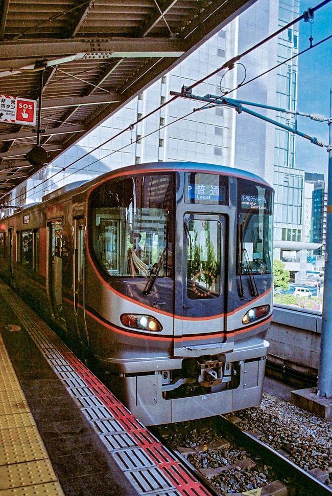 《2019.May》あみんちゅにわか撮り鉄変貌の旅~大阪編~<br /><br />撮り鉄・乗り鉄のどっち?と聞かれると返答に困ってしまうこの私。その理由は車で通うべき職場に電車とバスを利用することらしい。要は車の運転嫌いなんでしょ?だから電車とかバスとか乗って旅行しているんじゃないって…。失礼な(怒)。そら~確かに運転上手くはないかも知れないけれど、年間走行距離はここ数年15,000kmは下らないんですけれど…。その割にはその辺りを走っているバスとか電車の話になると???っていうレベルまで話しているじゃん~。それに未だにフィルムのカメラを持ち歩いているし…。<br /><br />どうやら今のご時世鉄道写真をフィルムカメラに拘って撮影する上に、すべて同じようにしか見えない車両の違いを熱弁することが〝鉄道オタク〟=乗り鉄・撮り鉄という方程式が成り立つらしい…。そんなすったもんだが最近あったことをきっかけに、野暮用を見つけて向かった大阪へいつも旅する時には欠かさないフィルムカメラを持参。加えてせっかく大阪まで行くんだから、未だフィルムを販売しているカメラ屋さんを回ってみよう…。そんなことから今回の旅が始まります。<br /><br />カメラテストを含めおたく・お宅・オタク~受けする旅に行ってきました。それでは〝《2019.May》あみんちゅにわか撮り鉄変貌の旅~大阪編~〟が始まります。<br /><br />令和元(2019)年5月10日金曜日<br />この旅を進めるにあたり前日の帰宅時の守山駅で撮影したものから始まります。そして一夜明けて日が変わり、朝からいろいろと野暮用を済ませてど田舎バス停からバスに乗り、田舎駅へと向かいます。この辺りも〝オタク扱い〟を受けることを承知でやりきる私はやはりB型です♪<br /><br />田舎駅では数枚駅付近をカメラに収めただけで一服もせずにホームに直行します。新快速に飛び乗って座席を確保し、スマホをいじくりながら小一時間の電車の乗客に徹します。そして辿り着いた大阪駅ではもう完全に田舎者状態。出発列車のホームへと向かおうとして番線を間違えたり、入線方向を間違えたりと笑うしかないことをしでかします。僅かな時間のうちに発着する優等列車といえば、特急コウノトリの289系だけだったはずがホームを間違えてしまい撮れなかった…。まあ683系の直流化しただけの電車だし~なんて考えていると36枚のフィルムはあっという間に取り切ってしまい、ここで撮り鉄は終了です。その後野暮用を済ませた後にぶらぶら歩いていると駅前ビルにまだカメラ屋さんが営業されているのを発見。でも今回は中古カメラは仕入れないので見るだけ~で出てきました。そして大阪駅構内をぶらぶら歩いていると…あの有名な〝八百富写真機店〟がありました。大阪駅中央店って知ってそうだけど知らなかった…(汗)ただいきなり目の前に生産完了した富士フィルムの〝SUPERIA X-TRA400〟の海外版36枚撮りが置いてあるじゃ~ないですか!!Amazonでも手に入らなくなったものが山積みになっておりおまけに税込1,480円(驚)。ついでにしばらくご無沙汰だったC200も432円で販売!もう思わず手に取って買ってしまいました。オタクと言われてもいい~、しば~らく店内を時間を忘れてみて回りました♪<br /><br />明日は仕事もあるのでそろそろ帰ることにします。大阪駅から素直に新快速に乗車して45分、あっという間の田舎駅です。そしてこれまたいつもの田舎の赤バスに乗車して15分、ど田舎バス停に到着し、俄か撮り鉄カメラ屋ウォッチングの旅はあっさりと終わります。<br /><br /> 《おしまい》