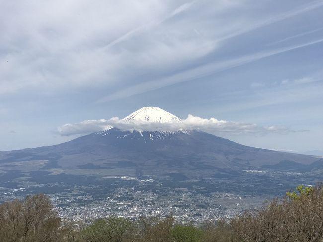 ゴールデンウィークの後半、天気が良さそうだったので、富士山を眺めに金時山に登ってみました。<br />小田原からバスで手軽に行けるアクセスの良い場所でした。<br /><br />■ルート<br />・05月05日 東京ー小田原ー仙石原ー金時山ー仙石原ー小田原ー東京<br /><br />■電車・バス<br />・東京06:26→小田原07:01(ひかり501)<br />・小田原07:10→仙石原07:49(バス)