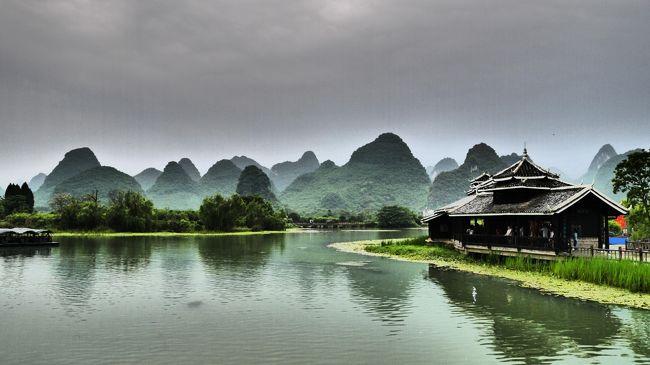 祝令和の10連休は中国旅行にしました。<br />4トラ先輩等の旅行記を参考に、中国内陸の観光スポット、桂林 鳳凰 張家界を巡りました。<br />移動は新幹線とバス。<br />今回のミッション<br />・桂林で水墨画の風景を見ること<br />・鳳凰では古城の夜景の写真を撮りまくること<br />・張家界では武陵源と天門山を歩き回ること<br />天候にも恵まれ、すべてのミッションを達成、無事帰国しました。<br /><br />4/26 会社を早退 成田空港へ 深セン航空 成田-深セン深夜着 タクシーでホテル移動 ジンジャンホテル泊<br />4/27 地下鉄で機場東から深セン北まで移動、深セン北ー桂林北まで新幹線、着後路線バスで移動 イーズホテル泊<br />4/28 朝から漓江下りツアーに参加 イーズホテル泊<br />4/29 朝散歩後 桂林ー鳳凰 バス移動 ジムユーユースホステル泊<br />4/30 鳳凰古城散策 モカゲストハウス泊<br />5/1 朝鳳凰バスターミナルへタクシーで移動 鳳凰ー武陵源バス移動 着後 天子山、十里画廊散策 武陵源ユースホステル泊<br />5/2 袁家界 揚家界 烏龍賽 散策 武陵源ユースホステル泊<br />5/3 黄石賽 金鞭渓ウォーキング後張家界へバス移動 ザンジャージェーイージャーチン泊<br />5/4 天門山 ザンジャージェーイージャーチン泊<br />5/5 早朝宿の送迎サービスで空港へ 張家界ー広州 中国南方航空<br />  広州地下鉄でプチ市内見物 広州ー羽田 ANA 帰国<br /> <br /><br /><br />