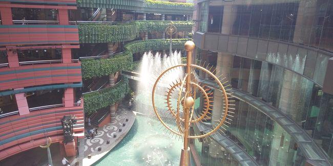 博多、いや福岡随一のショッピングモールである「キャナルシティ」<br />祇園駅が一番近いが、博多からも至近の場所にあり、ショッピング系の店や飲食店だけではなく、映画館や劇場、ホテルまで揃う巨大モールだ。<br />一日ここで過ごしても飽きることはない。<br /><br />この日はキャナル内の「グランドハイアット福岡」で会合があり、そのあとランチ会食を行った。<br />簡単なランチだったので松花堂弁当を食べたが、高級ホテルだけあり美味しい。<br />やっぱり違うな。<br /><br />ホテル内から噴水の吹きあがるのが見える。<br />演出も素晴らしい。<br />ホテルを出てから天神方面へ散策。<br />まずは新天町近くの「角屋」で立ち飲み。<br />ここからはしご酒を始める。<br /><br />中州に出ようとして歩いていると天神中央公園に隣接する広場で「レモンサワーフェスティバル」が行われていた。<br />これは参加するしかないだろう。<br />ここで試飲やで店でのレモンサワーを楽しんでから祇園方面に向かう。<br />