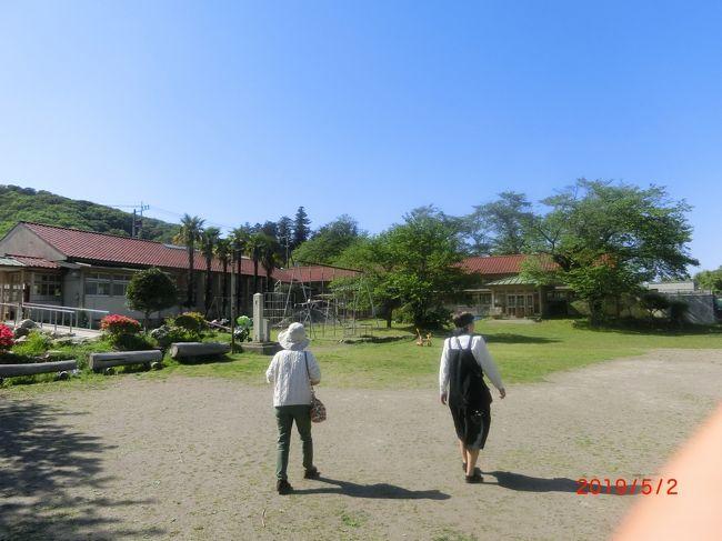 和紙の里、下里分校、見晴らしの丘。<br /><br />埼玉県飯能市に住み始めて40年近くになりますが、小川町には行ったことがありませんでした。<br />秩父にはよく行きます。<br />埼玉医科大病院がある毛呂山から越生、ときがわまではたまに行くのですが。<br />友人が熊谷を案内するからと言ったのですが今回は中間の小川町で待ち合わせをして付近を観光しました。<br />和紙の里は東秩父村ですが小川町駅から直ぐです。<br />道の駅 和紙の里ひがしちちぶと一緒になっていて無料で観光できます。<br />紙すきを見たり、藁屋根の古民家、展望台がありました。<br /><br />昼は知り合いに勧められたそば処奥沢が直ぐそばなので行ったが、<br />何とお客が多くそばが売り切れ。<br /><br />昼からは下見をしてくれた友人の案内で嵐山渓谷→駐車場がキャンプ客はバーベキュー客でいっぱいなので、<br />見晴らしの丘に行く途中、廃校になった小川小学校の下里分校により、<br />カフェで少しだべって行く。<br />見晴らし台は意外と高く遠くまで見えた。<br />子供の長いローラー型の滑り台があり子供が滑っていた。<br />ここも人は結構多かった。<br /><br />旧交を温めておニューのOutbackと言う車で毛呂駅まで送ってもらい<br />1分しかなくて駆け込みセーフ。<br />挨拶もなく分かれたので駅のホームで手を振って見送ってくれた。<br /><br />先日テレビで火野正平さんがサイクリング番組の埼玉県で<br />丁度我々が通った道を皆野町から小川町の大聖寺に行きました。<br />我々が言った小川小学校 下里分校の傍でした。<br />残念ながら我々が行ったそば処 奥沢と和紙の里は映りませんでした.