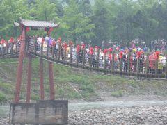 5歳の娘を連れてGW四川省+重慶10日間の旅10-ここでも行列!吊り橋ぐらぐら都江堰景区