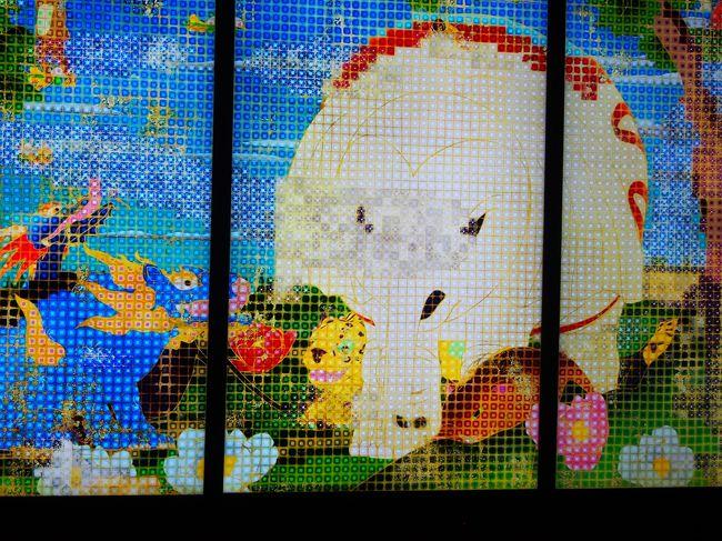 大感動だったチームラボ ボーダレス! チームラボは全国でいろんなイベントを開催してくれる。<br />今回は姫路市立美術館で開催『世界は暗闇からはじまるが、それでもやさしくうつくしい』と長い題がついている。<br />当日券 1400円 前売り1200円 安い!行くしかないでしょ~!(^^)!<br />開催期間は、2019年4月20日~6月16日 巷で10連休の最終日にトライ!<br /><br />阪神電鉄のお得切符 <br />『2019年阪神・山陽シーサイド 1dayチケット』2000円を購入<br />チームラボの後は、須磨水族館に行ってイルカとラッコに会いに行きました。