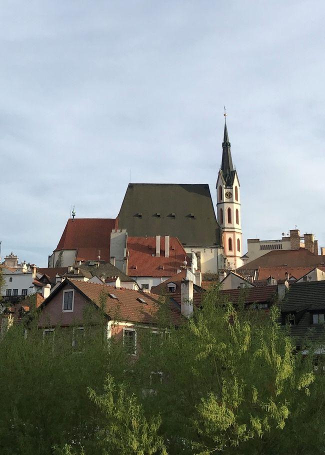☆春のプラハでモルダウを~♪.:*<br />チェスキー・クルムロフ 2日目の午後のフリータイムの続きです。<br /><br />これから訪ねるのはカトリック教会と修道院。<br />そして、出会った人のことも少し…。<br /><br />ビジネスとプレエコで行くハンガリー・スロバキア・チェコ周遊10日間。<br /><br />4/23 中部国際空港⇒成田空港  成田日航ホテル(前泊)<br />4/24 成田空港⇒ヘルシンキ空港⇒ブタベスト マリオット・ブダペスト<br />4/25 ブダペスト市内観光 マリオット・ブダペスト<br />4/26 ブダペスト⇒ショプロン ホテル・ショプロン<br />4/27ショプロン⇒ブラチスラバ ⇒ブルノ バルセロナ・ブルノ・パレス<br />4/28 ブルノ⇒チェスキークルムロフ ホテル・ルゼ<br />■4/29 チェスキークルムロフ市内観光 ホテル・ルゼ  <br />4/30 チェスキークルムロフ⇒プラハ ヒルトンプラハオールドタウン<br />5/1 プラハ市内観光 ヒルトンプラハオールドタウン<br />5/2 プラハ空港⇒ヘルシンキ空港 機中泊<br />5/3 成田空港  <br />  <br />★5/8まで東京に滞在してから帰宅<br />拙い旅日記ですが、<br />お付き合いいただけたら幸いです&lt;(_ _)&gt;<br /><br />