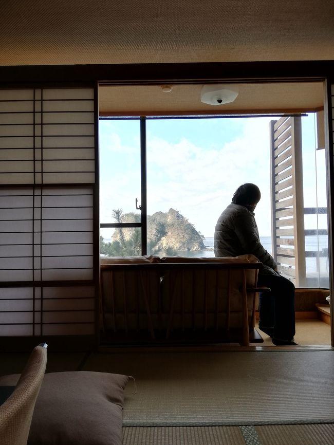 今頻繁に車椅子。<br />芸者置屋に所在した私が選ぶ旅館さん。<br /> <br /><br />こちらの旅館には年に多くても2回3回訪れます。<br /><br />お部屋は温泉付きの客間を取ります。<br />こちらは3部屋のみありますが、<br />景色は3部屋変わります。<br /><br />https://photos.app.goo.gl/Jk1xz4kP8dmK2ghY6<br /><br />部屋は松の木が少し景色を邪魔してしまいますが、それも愛敬。<br />また来てくださいとの意味で受け取ってます。<br /><br />私は沢山の旅館さんを人よりは少し多く<br />また少し多く知識があるとは思います。<br /><br />悪いことばかりが<br />旅館やホテルさんの指摘や報告ではないと思います。<br /><br />私のバリアフリー情報<br /><br />こちらの旅館様は少し外からやや斜めに坂がかっております。<br />駐車場から入り口まではもちろん道は舗装されております。<br />入り口付近までスタッフ様に事前に連絡を取り、<br />手を握ってもらい誘導してもらいましょう。<br /><br />とても丁寧で優しいスタッフ様もいらっしゃります。<br />私はいつも事前に身体の事は伝えております。<br /><br />入り口に高さのあまりない数段、階段あります。<br />そこを登ればお宿です。<br /><br />ロビーからの景色は最高。<br />目の前に眩しすぎる景色が見えますよ。<br /><br />エレベーターは一機のみ。<br />少し小さめです。<br /><br />気長に待ちましょう♪<br />旅行はカリカリするとこではありません。<br /><br />お部屋でトラブルは嫌なのと、<br />私はその宿の思考を知りたいのです。<br />なので部屋はどんな時もいつも奮発しています。<br /><br />予約できる海際の温泉は<br />それは素晴らしいです。<br />ですが、階段が激しいので <br />おみ足の悪い方には不向きです。<br /><br />階段に手すりはついております。<br /><br />また大自然の景色には当然に生物もいます。<br />フナむしさんです。<br />日によっては大量だったり居なかったり。<br /><br />海辺に来ているのは人間ですから<br />むしがいるのは当然だと思います。<br /><br />それさえ我慢出来れば最高な景色だと思います。<br /><br /><br /><br /><br /><br /><br /><br /><br /><br /><br /><br /><br />