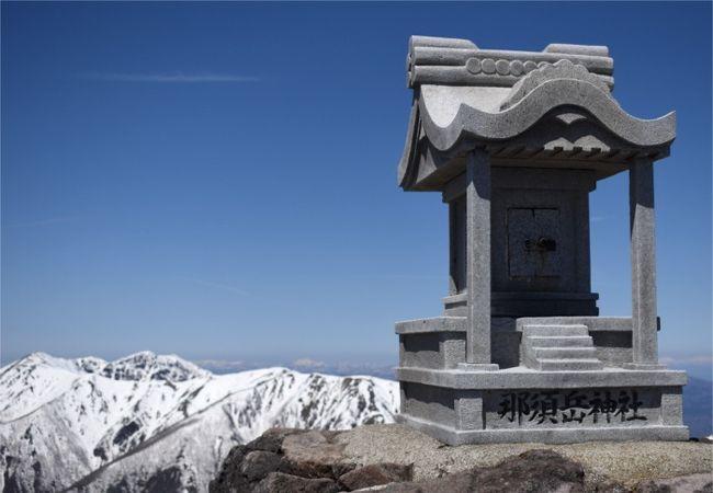 毎週のように そこいら辺の山(筑波山あたり)を登っているダンナに<br />「雪渓歩きが出来て楽しいよ」と那須岳に連行されました。<br />今回は、茶臼岳登山へ。<br />4月にしては多い 残雪の登山道を登り 雪山歩き気分と雪をかぶった山々の大絶景をお手軽に楽しんで来られました。<br />山頂で そんな絶景を眺めながらのお弁当はやっぱり最高。<br />へたれ登山者のまりも母でも 安全に 楽しく プチ雪山を満喫できました!<br />