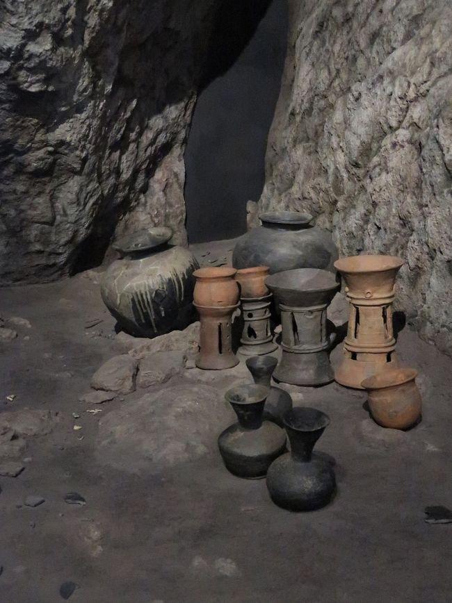 沖ノ島祭祀遺跡(おきのしまさいしいせき)<br />4世紀後半&#12316;10世紀初頭の国家的な航海祭祀の遺跡であることが判明。祭祀の場が岩上から岩陰、半岩陰・半露天、露天へと変遷したこともわかった。遺物は鏡や玉類、武器、馬具、装身具など8万点(国宝)に及び、朝鮮半島製の金の指輪や中国製の金銅製龍頭(りゅうとう)など豊かな国際色から「海の正倉益とも呼ばれる。いまも女人禁制など宗教的禁忌を守る。 <br />(2008-03-21 朝日新聞)出典 朝日新聞掲載「キーワード」. <br /><br />福岡県宗像(むなかた)市に所属する沖ノ島にある遺跡。沖ノ島は、九州北部の沿岸地域から60キロメートル沖合いにある周囲約4キロメートルの無人島で、宗像大社沖津宮(おきつみや)を祀っている。縄文・弥生の生活遺跡と、古墳時代、奈良~平安時代の祭祀遺跡があり、とくに祭祀遺跡は、島の中腹部にある沖津宮社殿の背後の巨岩群の岩上や岩陰にあり、原始宗教と律令祭祀の両形態の祭祀がうかがわれ、日本の神道考古学の代表的な遺跡である。4段階の祭祀形態があり、岩上祭祀、岩陰祭祀、岩陰・露天祭祀、露天祭祀という変遷をたどる。奉献遺物も初期の祭祀では鏡、勾玉、鉄製武器など古墳遺物と同じものを奉献しているが、奈良時代の祭祀では金銅製のミニチュアの容器や紡織具など律令的な奉献品が主体となる。この沖ノ島の祭祀遺物で特徴的なものは朝鮮製の金銅製馬具類や、中国製の唐三彩、ササン朝ペルシアの切子ガラス碗など舶載遺物があることで、国家的な祭祀が行われたと考えられている。出土品は約10万点余あり、すべて国宝に指定され、宗像大社神宝館(宗像市)に展示され、国立歴史民俗博物館(千葉県佐倉市)でも遺跡・遺物の一部がレプリカ(複製品)展示されている。<br /> 2017年(平成29)には、沖ノ島全体が「『神宿る島』宗像・沖ノ島と関連遺産群」の構成資産の一つとして、ユネスコ(国連教育科学文化機関)の世界遺産の文化遺産(世界文化遺産)に登録されている。   日本大百科全書(ニッポニカ)の解説<br />https://kotobank.jp/word/%E6%B2%96%E3%83%8E%E5%B3%B6%E7%A5%AD%E7%A5%80%E9%81%BA%E8%B7%A1-882081 より引用<br /><br />沖ノ島の祭祀遺跡 については・・<br />https://www.okinoshima-heritage.jp/know/ritual<br /><br />国立歴史民俗博物館は、千葉県佐倉市にある日本の歴史、民俗学、考古学について総合的に研究・展示する歴史博物館である。歴博(れきはく)の愛称で親しまれている。佐倉城趾の一角にあり、佐倉城址公園に隣接している。 <br /><br />古文書、古記録、絵図等の歴史資料、考古資料、民俗資料等約9千点の資料を展示し、更に約22万点の収蔵資料を誇る。 <br />「考古、歴史、民俗」の3分野を展示の柱とし、常設展示は日本列島に人類が暮らし始めた数万年前から高度経済成長後の1970年代までの日本の歴史と文化についてが中心である。 <br /><br />2019年現在の総合展示は以下のような構成になっている。 <br />第1展示室 先史・古代 (旧石器時代-奈良時代) 最終氷期に生きた人々 / 多様な縄文列島 / 水田稲作のはじまり / 倭の登場 / 倭の前方後円墳と東アジア / 古代国家と列島世界 / 副室1:沖ノ島 / 副室2:正倉院文書<br />第1展示室は2019年3月19日にリニューアルオープンし、上記の展示構成となった。 (以下省略)<br />(フリー百科事典『ウィキペディア(Wikipedia)』より引用)<br /><br />国立歴史民俗博物館 については・・<br />https://www.rekihaku.ac.jp/