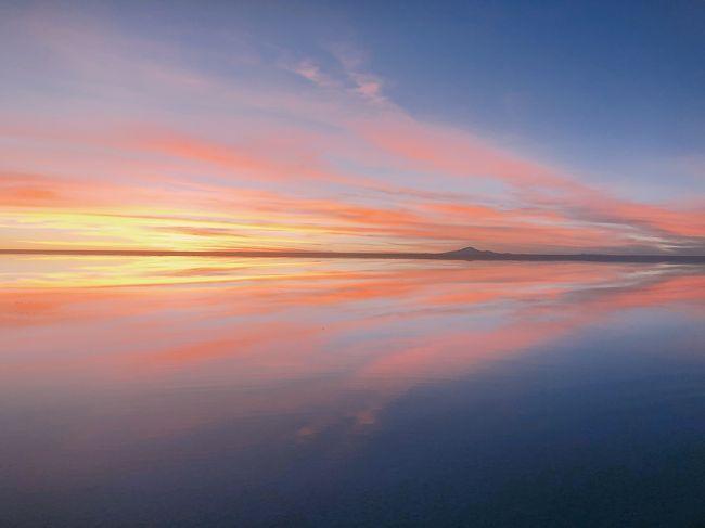 4/28(日)<br />ついにウユニ塩湖へ。<br />ウユニ塩湖と呼んでいますが本来はウユニ塩原(Salar de Uyuni)だそうです。<br />アンデス山脈が隆起した際、大量の海水がそのまま残ったことから一面真っ白い塩の大地が現れたそうです。<br />乾季の永遠に続く真っ白な大地と六角形の模様を見たくてここまで来たのですが、、、乾季なので見れないだろうと思っていた鏡張りを見ることができ、想像を絶する綺麗さで大大大感動!!!<br />人工建造物好きの私でさえ、自然ってスゴイ!とただひたすら感動でした。<br />夜は満点の星空を眺め、感動。<br />南十字星も天の川も綺麗に見れたし、流れ星も見れてとっても満足☆彡<br />泊まってみたかった塩のホテルにも泊まることができて旅行3日目にして既に満足度満点です。<br /><br />服装ですが、ヒートテックに薄手のニット、ウルトラライトダウン、レインスーツの上下(下は中にスキニーパンツも履いてました)、靴はトレッキングシューズといういでたちでウユニ&ウユニ南部の3泊4日は過ごしていました。<br />昼間は暖かかったのでウルトラライトダウンはいらなかったです。<br />星空観賞はさすがに寒かったのでニットを厚手に替えて手袋もして出かけました。<br />日中と朝晩の気温差が激しいので脱ぎ着できる格好が良いと思います。
