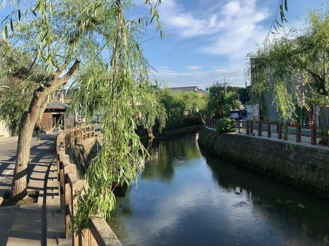 「あやめ祭り 2018」(5/26~6/24)が開催されている「水郷潮来あやめ園」を後にして、利根川を渡り、千葉県にある「道の駅・川の駅 水の郷さわら」にやってきた。<br /><br />車は「佐原町並み保存エリア」として知られる小野川沿いへ。。。<br /><br />町全体の風景に江戸情緒を今も色濃く残す佐原は、利根川やその支流である小野川の水運によって栄えた場所として知られ、毎年7月の大祭夏祭りには豪華絢爛な山車が引き回されることでも有名だ。<br />伊能忠敬が佐原屈指の商家の婿養子として30年以上暮らしたという旧宅をはじめ、町のそこかしこに、明治時代や大正時代に建てられた土蔵造りの商家や千本格子の町家が残され、特に小野川沿いのエリアは国の重要伝統的建造物群保存地区に選定されている。