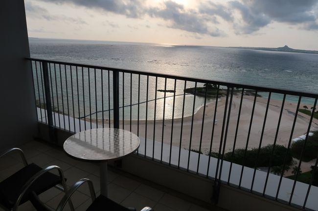 いざ沖縄へ!<br />どんな理由で旅行することになったかは忘れたw<br />旅行行きたい!<br />でも海外旅行はまだ、、、<br />乳児連れ海外旅行って大変そうだし、、、<br />それにまだちょっと心の準備が。。。<br />でもどっが行きたい!<br />とかだったかなw<br /><br />娘ちゃん、1歳3か月。<br />まだ授乳中。<br />離乳食は概ね順調。<br /><br /><br />家族が増えて再び沖縄!<br /> ~乳児連れってどこ行きゃいいの?!~<br /><br />1日目(27日):<br /> 羽田→那覇空港<br />2日目(28日):<br /> 美ら海水族館<br />3日目(29日):<br /> また美ら海水族館<br />4日目(30日):<br /> 那覇空港→羽田<br /><br />旅費、ホテル、レンタカー:忘れた。もうわかんない。<br />全部込みのパックだったんだっけなぁ。。。<br />こーゆー家族旅行の手配はほぼ旦那担当なので。。。<br />JTBの窓口から申し込んだのは覚えてる。<br /><br />そして、これまではコンデジで写真をとってたのだけど、、、<br />沖縄旅行の2日前にキヤノンのPowerShot G7 X Mark IIをゲット!<br />初の高級コンデジ★<br />これで娘ちゃんの良い写真をたくさん残すんだー♪<br /><br /><br />では1日目。<br />あまりあっちこっち行くのも疲れるし、<br />まだ授乳してるし、<br />ってことで今回の旅行はあまり移動しないゆっくりプラン予定。<br />なので1日目は、、、<br />移動だけ。<br /><br />1日目 ←いまここ<br />http://4travel.jp/travelogue/11495057<br />2日目<br />http://4travel.jp/travelogue/11495064<br />3日目<br />http://4travel.jp/travelogue/11499646<br />4日目<br />http://4travel.jp/travelogue/11500781<br />