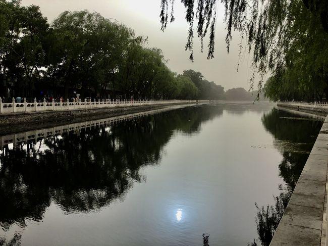 友人に誘われて、カーリングワールドカップ@北京観戦。まる2日間しっかりカーリングを満喫して、今日から市内観光。<br />天安門や故宮をざっと見てから、四合院地区をそぞろ歩き。ここでは、Day4の、午後のお茶から胡同散策を報告します。<br />所々、ニーハオトイレ写真が出てきますので、食事時の閲覧はご注意くださいw(あ、十分キレイですけどね)。<br /><br />Day4  四合院地区散策と什刹海散策<br /><br />これまでの記録はこちら <br />【中国紀行】初めての北京(2) 市内観光(故宮/四合院)   https://4travel.jp/travelogue/11495930
