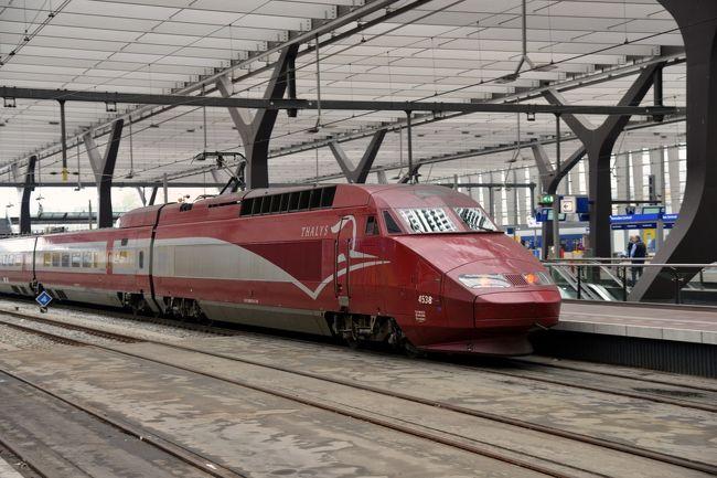 ベルギー国鉄が誇る高速鉄道、タリス。<br />新幹線もいいけどタリスもなかなか。真っ赤な車体と真っ赤なインテリア、シートもなにもかも真紅です。<br />時速300kmで走る高速鉄道で時短ねらい。<br />予約無しで最短時間での移動のために利用しましたが、かなりの高額でした。<br />