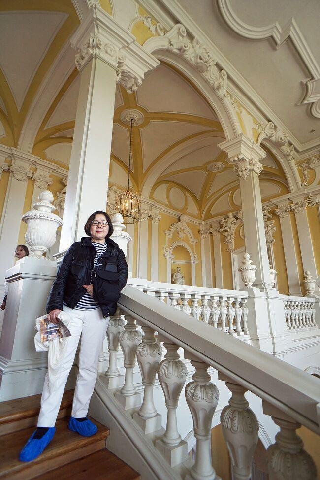 ラトヴィアの首都リガからバスで2時間ほどのバウスカにある「ルンダーレ宮殿」に向かいました。バスの車内で出力してきた宮殿とエルンスト・ヨハン・フォン・ビロン(クールラント大公)について書かれたものを読み返しておきます。もしこの宮殿に来るのであればウィキペディアに書かれた「エルンスト・ヨハン・フォン・ビロン」について知っておくとよいと思います。建物的には18世紀にクールラント大公のために建てられた2つの離宮のうち夏の離宮として使用されていたもので、サンクトペテルブルクにある冬の宮殿を手がけた建築家ラストレッリが設計しています。2階建てで138の部屋があるバロック様式とロココ様式の内装を持った豪華絢爛な宮殿と、美しい庭園があることからフランスのベルサイユ宮殿に対して「バルトのベルサイユ」と呼ばれています。それ以上に面白いのがビロンとその息子のペーターの人生と言えるでしょう。それを知らないと壁に掲げられた肖像画の意味も分からず、ただ美しい宮殿の観光で終わってしまうと思います。掻いつまんで説明するとビロンは出世話を求めてロシアに赴き、アレクセイ・ペトロヴィチ大公の妻シャルロッテ・クリスティーネ妃の貧相な小宮廷で地位を得ようとしますが失敗します。そこでクールラント公国の統治を任されていたロシアのピョートル・ベストゥージェフ伯爵の情婦になっていた自分の姉妹を通じて宮廷に足がかりを得ます。ベストゥージェフ伯爵は若いクールラント公爵未亡人アンナ・イヴァノヴナと愛人関係にありましたが、主人である伯爵が不在のあいだにハンサムでご機嫌取りの上手いビロンはアンナの新しい愛人におさまり、ベストゥージェフとその一族を失寵させて追放してしまいます。これ以後アンナは死ぬまでビロンの甚大な影響力を受け続けることになります。1730年にアンナがロシア女帝に即位すると、ビロンは妻ベニグナ・フォン・トロタとともにモスクワに連れてこられ、女帝から莫大な財産と名誉を与えられます。アンナの戴冠式が執り行われるとビロンは侍従長でロシア帝国伯爵となり、叙爵に際してはフランスの大貴族ビロン公爵家の紋章を採用したといわれます。現在のラトヴィア領ツェーシスに領地を与えられ5万クラウンの年金を受けることになります。ビロンの驚異的な出世の最たるものが1737年にクールラントの統治者ケトラー家が断絶した際、そのクールラント公位を継承したことでした。1740年に死の床にあったアンナ女帝は不承不承ながらビロンの必死の嘆願を聞き入れ、彼を生後まもない後継者イヴァン6世が成人するまでの摂政とすることを決めます。ただビロンの摂政期間は3週間続いただけで、彼は仇敵ミュンニヒ元帥に寝込みを襲われ逮捕され、莫大な財産は全て没収されてシベリアのペリムに永久追放されます。しかしピョートル3世が即位するとビロンは宮廷に呼び戻され、1763年にエカチェリーナ2世は彼をクールラント公に復帰させます。そしてビロンは息子のペーターに公国を相続させることが出来ます。ここまでを知っているととても面白く宮殿を見学できると思いました。