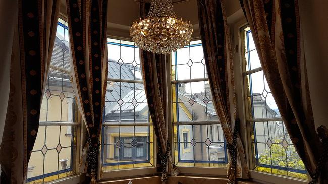 インスブルックのホテルには初めて泊まるので、何の知識もなくて……かなり調べて選んだホテルです。<br />ウィーンやザルツブルクに比べて価格は低いです。<br />インスブルックの街は狭いので、ツアーの場合は観光で通り過ぎるだけで、泊まらないのではないか?←私の想像です(笑)<br />なので、少し広いホテルに泊まってみよう!!(笑)<br />ホテル選びは、ホテル全体が高めの場合と、部屋によってかなりランクが違うホテル。<br />シュバルツァーアドラーは、500年の歴史がある古いホテルが改装され、内装がロマンチックで女子が喜ぶ造りです。<br />お部屋は、全部違い、4ランク位あります。<br />スィートルームが安めだったので、スィートルーム一室とデラックスダブルを一室予約しました。<br />結果グレードアップしてもらいスィートルームが2室です。<br />グレードアップしてくれそうか?そうでないか?は<br />事前に口コミで調べます。(笑)<br />私の経験では、オーストリアの場合、空室がある場合はだいたいグレードアップしてくれます。<br />