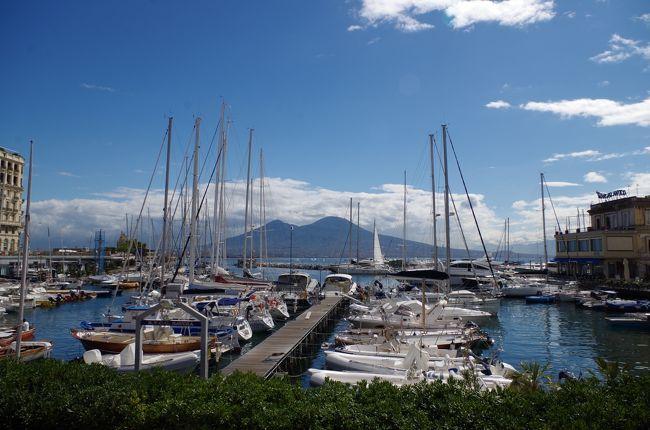 イタリア本土(シチリア島を除く)の全世界遺産を4回に分けてレンタカーで周遊しました。<br />今回の旅行記は、その2回目となります。期間は、往復の国際線を合わせて、10日間。<br /><br />訪れた世界遺産は、バチカン市国が1カ所、イタリアが12カ所の合計13世界遺産です。<br />1つの世界遺産で複数の登録リストがある場合、複数のリストを訪問しても、1か所の訪問としているため、実際に訪問した世界遺産リストの数は、20か所を越えています。<br /><br />前回(1回目)に訪問した世界遺産は、以下の11カ所なので、今回と合わせて23カ所/42カ所(本土のみ)とバチカン市国の1か所となります。<br /><br />前回【1回目】約7日間(ドイツ、スイス、フランス、イタリアと周遊したため、全行程15日間中、イタリア訪問期間は約7日間)<br />01. ジェノヴァ:レ・ストラーデ・ヌオーヴェ とパラッツィ・デイ・ロッリ制度 - (2006年、文化遺産)<br />02. ピサのドゥオモ広場 - (1987年、文化遺産)<br />03. フィレンツェ歴史地区 - (1982年、文化遺産)<br />04. トスカーナ地方のメディチ家の邸宅群と庭園群 - (2013年、文化遺産)<br />05. モデナの大聖堂、トッレ・チヴィカとグランデ広場 - (1997年、文化遺産)<br />06. ヴェネツィアとその潟 - (1987年、文化遺産)<br />07. ドロミテ - (2009年、自然遺産)<br />08. レーティシュ鉄道アルブラ線・ベルニナ線と周辺の景観 - (2008年、文化遺産) スイス共通<br />09. ヴァルカモニカの岩絵群 - (1979年、文化遺産)<br />10. レオナルド・ダ・ヴィンチの「最後の晩餐」があるサンタ・マリア・デッレ・グラツィエ教会とドメニコ会修道院 - (1980年、文化遺産)<br />11. サン・ジョルジョ山 - (イタリア国内に2010年拡大)<br /><br />今回【2回目】10日間<br />01. バチカン市国 - (1984年、文化遺産)<br />12. ローマ歴史地区、教皇領とサン・パオロ・フオーリ・レ・ムーラ大聖堂 - (1980年、文化遺産) バチカン市国共通<br />13. カゼルタの18世紀の王宮と公園、ヴァンヴィテッリの水道橋とサン・レウチョ邸宅群 - (1997年、文化遺産)<br />14. ナポリ歴史地区 - (1995年、文化遺産)<br />15. ポンペイ、エルコラーノおよびトッレ・アヌンツィアータの遺跡地域 - (1997年、文化遺産)<br />16. アマルフィ海岸 - (1997年、文化遺産)<br />17. パエストゥムとヴェリアの古代遺跡群を含むチレントとディアノ渓谷国立公園とパドゥーラのカルトジオ修道院 - (1998年、文化遺産)<br />18. マテーラの洞窟住居 - (1993年、文化遺産)<br />19. アルベロベッロのトゥルッリ - (1996年、文化遺産)<br />20. デル・モンテ城 - (1996年、文化遺産)<br />21. ヴィッラ・アドリアーナ(ティヴォリ) - (1999年、文化遺産)<br />22. ティヴォリのエステ家別荘 - (2001年、文化遺産)<br />23. チェルヴェテリとタルクィニアのエトルリア墓地遺跡群 - (2004年、文化遺産)<br /><br />旅のスケジュールは、以下の通りです。<br />今回の旅行記の部分は★印で示しています。<br />今日のメトロ&徒歩ルートMapを最初に掲載しました。<br />ローマの主要観光スポットを2日間で巡る効率の良いルートだと思いますので、参考にしていただければ幸いです。<br /><br />01日目 成田→パり→ローマ<br />02日目 バチカン美術館(システィーナ礼拝堂「最後の審判」)→サン・ピエトロ広場→サン・ピエトロ大聖堂(ミケランジェロのクーポラからの眺望)→サンタンジェロ城→ナヴォーナ広場(「ムーア人の噴水」/ベルニーニ作「4大河の噴水」/「ネプチューンの噴水」→パンテオン→トレヴィの泉→スペイン広場(「バルカッチャの噴水」)<br />03日目 カゼルタの18世紀の王宮と公園(ディアナとアクタイオンの噴水(パオロ・ペルシコ、ブルネッリ、ピエトロ・ソローリの彫刻)/アフロディテとアドニスの噴水/イルカの噴水/アイオロスの噴水/セレスの噴水/ヴァンヴィテッリの水道橋→★ナポリ国立考古博物館<br />04日目 ★Castel dell&#39;Ovo→★ヌオーヴォ城→★王宮→ポンペイ