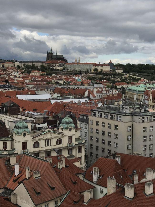 今年のGWは10連休。行先を検討した結果、この数年ずっと行ってみたかったチェスキークルムロフとハルシュタットに決定。せっかくチェコとオーストリアへ行くので、プラハとウィーン、ザルツブルクも再訪しました。連休開始前日夜に出発し、連休終了翌日早朝に帰国する9泊12日の旅となりました。<br /><br />元々は、JALのマイルで、ワンワールドの特典航空券を購入しヨーロッパへ行く計画を立てていたのですが、既にどの航空会社も日本発着便の特典航空券に空きは無くなっていました。そんな中、エミレーツの香港発着なら空席を発見。そこで、日本と香港間は、別途航空券を購入し、行きも帰りも香港発着で行くことに決定。行き(成田→香港→ドバイ→プラハ)、帰り(ウィーン→ドバイ→香港→成田)という行程です。香港と欧州間は、いずれもエミレーツ航空。初めて乗るエミレーツ航空も今回の旅の楽しみの一つでした。<br />ということで、香港1泊、プラハ3泊、チェスキークルムロフ1泊、ハルシュタット1泊、ザルツブルク1泊、ウィーン2泊の9泊12日の旅です。<br />オーストリアは17年ぶり6度目、チェコも同じく17年ぶりで3度目です。<br /><br />Vol.2は、プラハ市内観光(前編)。旧市街広場、カレル橋、ユダヤ人地区などを観光。夜は国民劇場でオペラを鑑賞しました。