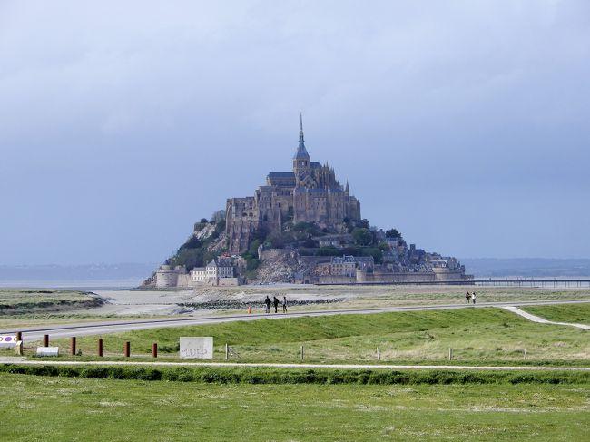 フランスは、<br />昨秋、baba友と巡った<br />「独仏とベネルクス3か国の小さな美しい村を巡る旅」で<br />少しだけアルザス地方を訪れましたが、<br />パリやモンサンミッシェル等、定番の観光地を訪れるのは<br />今回が初めて(連れは、フランス初上陸!)。<br /> 何故か何度か来たこれまでのヨーロッパ旅行でも、<br />飛行機のトランジットでさえ、フランスの空港に降り立った<br />ことさえなかったんです。<br /> 子供の頃、「海外で行きたいところは?」と聞かれれば、<br />「フランスとスイス」と答えていたはずなのに・・<br />両国とも縁がなかったんです(スイスもいつか行かなくちゃ!)。<br /> 今回は、珍しく、モンサンミッシェルを見てみたいという<br />連れの意見を尊重し、ニースやモナコも訪れ、アビニョンや<br />ロワール地方のお城、リヨンも巡り、フランスにある<br />世界遺産を8つも見学できるというツアーに決めました。<br /><br /> <br />ツアー行程は以下の通り。<br /><br />〇 1日目(4月22日(月)) 出発 成田発~パリ経由~ニースへ<br />              (ニース泊)<br />〇 2日目(4月23日(火)) ニース、エズ、モナコ(ニース泊)<br />〇 3日目(4月24日(水)) エクスアンプロヴァンス、<br />              【世界遺産①】アルル(アビニョン泊)<br />〇 4日目(4月25日(木)) 【世界遺産②】アビニョン歴史地区、<br />              【世界遺産③】ポンデュガール、<br />              【世界遺産④】リヨン歴史地区(リヨン泊)<br />〇 5日目(4月26日(金)) 【世界遺産⑤】ブールジュ、<br />              【世界遺産⑥】ロワール地方(トゥール泊)<br />〇 6日目(4月27日(土)) 【世界遺産⑦】モンサンミッシェル<br />              (モンサンミッシェル泊)<br />〇 7日目(4月28日(日)) 【世界遺産⑧】ベルサイユ宮殿(パリ泊)<br />〇 8日目(4月29日(月)) パリ市内(パリ泊)<br />〇 9・10日目(4月30日(火)・5月1日(水)) 帰国 パリ~成田<br /><br />6日目(観光5日目)。<br />現地ガイドさんの案内でモンサンミッシェルの修道院内部を<br />見学し、フリータイムを経てシャトルバスでホテルへ。<br />なんと、ホテルの部屋から真正面にモンサンミッシェルが見えるという<br />幸運に恵まれ、部屋の中から、夕景から夜景までじっくり見ることができました。<br /><br /><br />