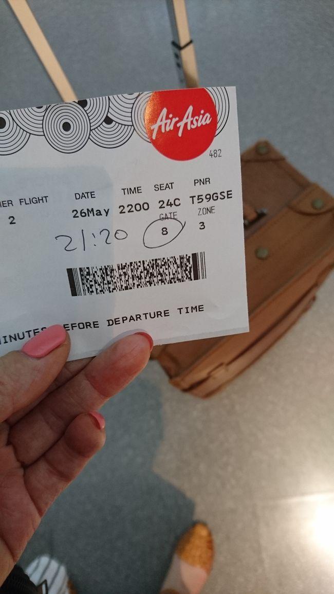 今回は2泊3日でクアラルンプールにいってきます!<br /><br />関西国際空港からAir Asiaで<br />仕事終わってから夜便で向かいます!<br /><br />22時のフライト!<br /><br />仕事が終わらず<br />ギリギリにチェックイン<br /><br />Webチェックインしたものの<br />良くわからないままで<br />カウンターにいきました。<br /><br />今回手荷物のみの搭乗<br /><br />7キロまでで<br />ぴったり7キロでした、、、<br />帰りは心配です