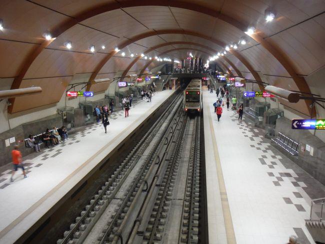 2019年5~6月の16日間ブルガリア縦断横断旅行記の第1回です。写真はソフィアのメトロ地下鉄2号線都心工事部で2~14世紀の遺跡が発見されたセルディカ駅です。この駅だけ頑張ってきれいに広々と作られています。<br /> 1日目は成田からカタール航空ドーハ経由でブルガリア首都ソフィアに入国しメトロで中心街の宿近くの駅に移動、市内観光しました。携帯SIMを購入しましたがネットで得られた情報とは違ったことがありました。