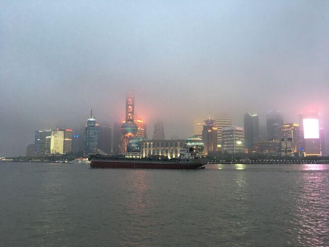 船で上海に上陸初体験。<br /><br />残念な事に上海も雨でした!<br /><br />