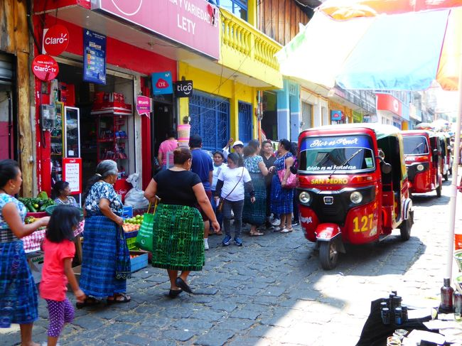 グアテマラ・エクアドル・コロンビア、どの国も旅するのが待ちきれなくて今年のGWは3ヵ国の旅にしたせいで、移動ばかりの12日間だった。<br />昨日の朝グアテマラのアンティグアに到着し、2日目の今日はアティトラン湖の眺めが美しいパナハチェルへと日帰りで出掛けてきた。<br />パナ自体は見どころの多い町ではないが、美しい色が織り込まれたウィピルと呼ばれる民族衣装をまとう人々が暮らす周辺の村々を、ボートやバスで訪れる際の拠点となる。<br />パナからは、ボートに乗って30分程度のサンペドロ・ラ・ラグーナを訪れ、アンティグアともパナとも異なる町の雰囲気を楽しんだ。<br />今回はあっけない滞在だったから、村ごとに異なるというウィピルの柄や色を求めてグアテマラにはいつかまた再訪したい。<br /><br />4/25 13:10KIX - 15:05TPE<br />4/25 19:20TPE - 16:00LAX<br />4/25 23:55LAX - 05:35GUA(4/26)<br />4/28 12:57GUA - 13:47SAL<br />4/28 14:51SAL - 18:50BOG<br />4/28 22:45BOG - 00:28UIO(4/29)<br />4/29 05:50UIO - 06:40CUE<br />4/30 07:40CUE - 08:32UIO<br />5/1 03:20UIO - 05:00BOG<br />5/1 07:17BOG - 080:49CTG<br />5/2 19:50CTG - 21:20BOG<br />5/3 12:40BGT - 18:20LAX<br />5/4 12:15LAX - 17:05TPE(5/5)<br />5/6 08:30TPE - 12:10KIX<br /><br /><br />