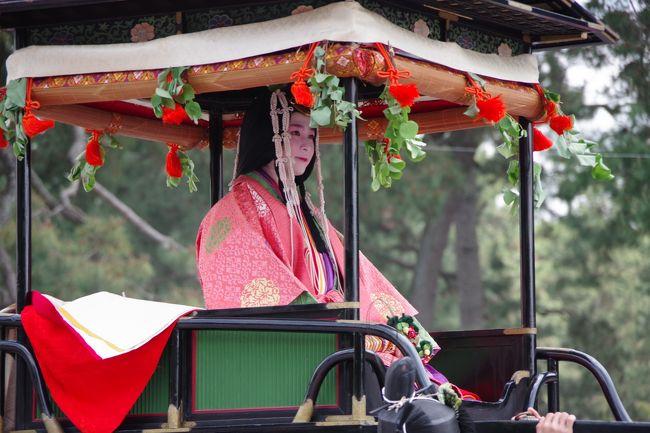 毎年5月15日に行われる葵祭は賀茂御祖神社(下鴨神社)と賀茂別雷神社(上賀茂神社)の御祭で、祇園祭・時代祭とともに京都三大祭に数えられています。<br /><br />コーラス仲間の友人に誘われて、初めての葵祭に行ってきました。<br /><br />雨だと翌日に延期になり、その翌日も雨だと中止になるそうな。<br /><br />お天気に恵まれて幸せな京都旅行になりました。<br /><br /><br />※スマホとデジイチで撮ったので行列の順番が違っているかも。
