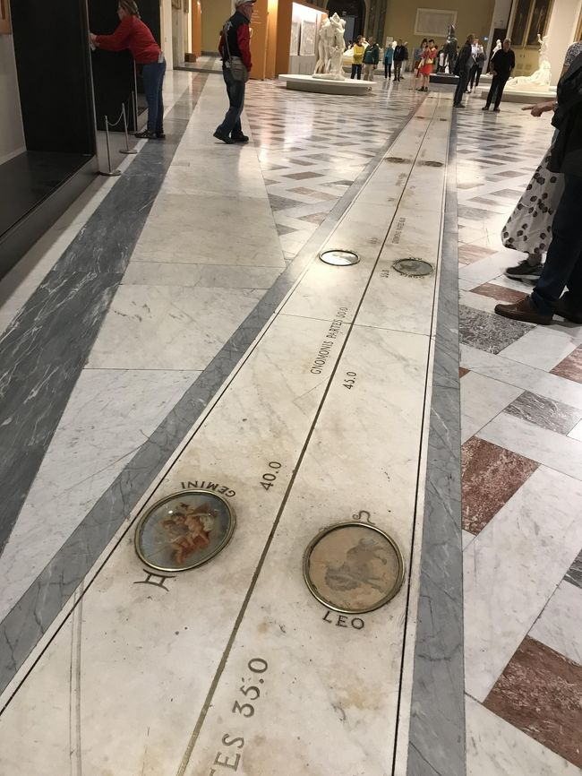 表紙の写真・ナポリ考古学博物館「日時計の間」の床。<br />此処は星座が埋め込まれていて日差しが、このラインを指して太陽の動きで日付け・日時を把握したんですね。<br /><br />5月11日(土)ナポリ宿泊のみで観光なし。<br />5月12日(日)カプリ島泊で1日観光。<br />5月13日(月)ナポリ泊で1日観光。<br />今回の旅行記はローマ~ナポリ1泊後、カプリ島に1泊して(別)またナポリに戻って観光した事を編集してあります。<br /><br />今回の旅で一番天候が気になる行程でした。<br />前回にも書きましたが、プランニング時に熟考。<br />ローマを夜に発ってナポリに1泊(ローマの滞在は2日間、目一杯観光できる)<br /><br />ナポリのホテルに1泊の荷物預かりをお願いしましたら、気持ちよくOkを頂けましたので、カプリ島へはディパックで出かけました。<br /><br />ナポリの治安も心配しましたが、街中を歩く分には普通でしたよ。<br /><br />最後のどんでん返しで大あわてになったのは、考古学博物館のムゼオ駅からガルバルディ駅に向かう地下鉄がエンジントラブルで突然ストップ。<br />1号線も2号線も動かなくなってしまった。<br /><br />日本でも遭遇した事が無いのに・・<br /><br />大動脈の地下鉄がエンジントラブル?ってマニアック過ぎて、今回の旅の最大の出来事でした。<br />何の説明もなく代替えの説明もなく・・途方にくれましたが、今回も優しい方々に助けて頂きました。<br />顛末は旅行記の中で・・<br /><br />今回のナポリ訪問の一番目的「ナポリ国立考古学博物館」<br />博物館の建物は16世紀に騎兵隊宿舎として建てられたもので、18世紀にナポリ公国の王となったブルボン家カルロ王が、母エリザべートから相続したファルネーゼ家の財宝を展示するようになったのが始まりだそうです(ファルネーゼ家、懐かしいです。パルマで知りました)<br /><br />ヴェスビオ火山噴火で埋もれたポンペイの出土品は、この博物館に収蔵されていると、以前のポンペイツアー後に知ってから訪れたかった場所でした。<br />夫はポンペイは行かなくて良いと言っていましたが、変更可能なスケジュールにはしておきました。