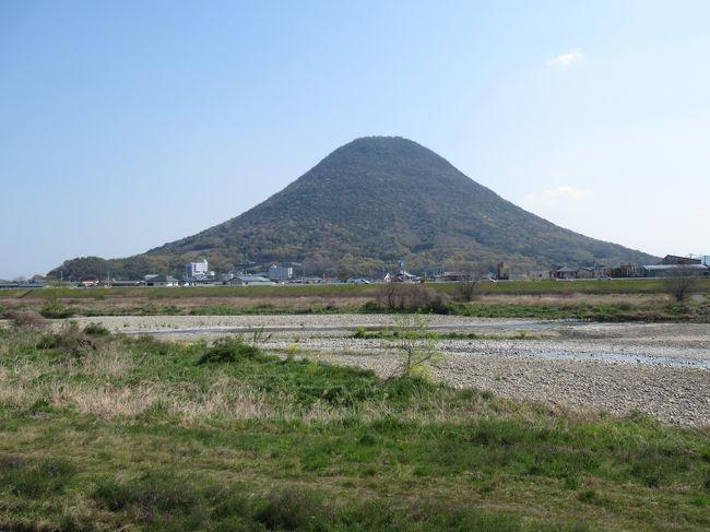 青春18きっぷを使って、桜の名所を中心に9日間かけて京都-甲子園-香川-岡山-長野-新潟を巡った。8日目、9日目は松本城と高遠城址公園に行く案もあったが、直前の桜開花情報を見て(ほとんど開花していない状態)、上田城と高田公園のプランにした。必然的に移動時間が多くなってしまったが、総額32800円の区間を11850円(18きっぷの値段)で移動できたので、18きっぷの恩恵を十分に受けることができたと思う。<br /><br />1日目:京都(京都御苑)<br />2日目:京都(伏見稲荷大社)、甲子園(選抜高校野球決勝戦)<br />3日目:香川(讃岐富士、丸亀城、金刀比羅宮、善通寺)<br />4日目:香川(粟島、父母ヶ浜)<br />5日目:香川(高屋神社、銭形砂絵、紫雲出山)<br />6日目:岡山(津山城)<br />7日目:岡山(吉備津神社)<br />8日目:長野(上田城、善光寺)・新潟(高田公園)<br />9日目:新潟(高田市内)