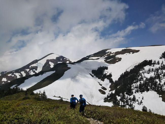 新潟・群馬県境の巻機山(まきはたやま。標高1967m)に登ってきました。<br />雲が多く周りの山々の絶景があまり見えなかったのが残念でしたが、雪景色が綺麗でした。<br /><br /><行程><br />名古屋22:40→長岡北4:44(高速バス)<br />長岡6:33→六日町7:30(JR上越線)<br />六日町駅8:15→清水8:50(南越後観光バス)<br />清水バス停8:44-桜坂駐車場9:05-10:58ニセ巻機山11:00-御機屋11:25-巻機山11:32-11:47牛ヶ岳12:05-巻機山12:16-御機屋12:22-12:34割引岳12:41-12:57御機屋13:02-ニセ巻機山13:22-14:56桜坂駐車場15:02-沢口バス停16:20(登山)<br />沢口16:30→六日町駅16:55(南越後観光バス)<br />六日町17:10→越後湯沢17:27(北越急行)<br /><br /><日本百名山登山記録><br />https://4travel.jp/travelogue/11346539