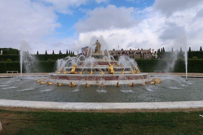 ここの世界遺産の名前は、ベルサイユの宮殿と「庭園」!。宮殿だけ見て、「時間ですよ」と帰るのは片手落ち。だから、ベルサイユに朝から夕方までいた。宮殿から出たあとは、庭園と噴水見物。そして、行きつ戻りつプチ・トリアノンやグラン・トリアノンに行った。<br />ベルサイユは、庭園も豪華で美しい。繊細でもあり、整然としている。トリアノンも含めて、よくぞここまで人工美を追求できたと思う。それと同時に、革命が起こったのも歴史の流れだと思った。<br />最近は、シャトーの部屋や庭園を利用したイベントがたくさんあるので、夜のショーや、王朝時代の再現パーティ体験なども、いつかできたらいいなと思う。<br />一番大切なことは、自分自身の五感で、フランス文化の頂点を感じること。2時間コースでも何か思うし、1日居ればそれだけ感じることも多くなる。<br />最高級のものを知ると、二流品や駄作が分かるという説に、ベルサイユ体験をすると、私も大いに賛成。月並みの一言になってしまった。
