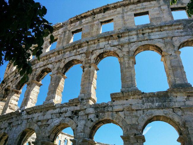 ランチ後はプーラの観光です。<br /><br />プーラはイストリア半島先端にあるアドリア海に面した港町です。<br /><br />古代ローマ時代に造られた建築物が数多く残っていることでも有名です。<br />
