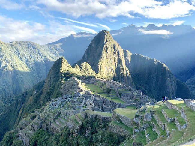 長年の憧れであった南米旅行。地球の裏側にある南米。体力、気力の伴う今しかないとの思いで行ってきました。海外旅行は30年近く前に行ったきりなので、旅行にあたって仕事の調整等、一年以上前から準備を始めました。ブラジル側、アルゼンチン側からのイグアスの滝、ペルー、ナスカの地上絵、リマ、クスコ観光、そしてマチュピチュ遺跡。 シニア夫婦で行くペルー、ブラジル、アルゼンチン南米3カ国周遊10日間です。<br />  <br />  当初は 久しぶりの海外旅行であり、それも言葉や治安にも不安があったので添乗員同行ツアーを探していましたが、日程的に条件の合うものがなく、結局日本からは夫婦2人で行き、現地でガイドと合流というツアーにしました。10日間でトータル8回飛行機での移動があり、ロスバゲの不安はかなりありました。終わってみると、大きなトラブルはなく素晴らしい時間を過ごせたことに感謝しています。