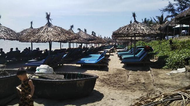 ベトナム ホイアン・ダナンにひとり旅<br /><br />ビーチリゾートにあこがれて、全日程ダナンのビーチ側に滞在しようと思いましたが<br />いろいろ調べるうちにホイアンもいいじゃない!となり<br />ホイアン2泊、ダナン1泊でひとり旅です。<br /><br />あまりせわしい旅程ではなく<br />街をぶらぶらしたりビーチでぼーっとしたりマッサージを受けたり<br />そんな風に過ごしたかったので<br />特にオプショナルツアーなどの予約もせず<br />気楽に無計画な感じで行ってまいりました。<br /><br />移動はすべてGrabカーを利用。<br />暑いし、万が一事故にあったら怖いのでGrabバイクには乗りませんでした。<br />一人だし車だから、想定よりも交通費がかかってしまいましたが、それでも安い。<br />それに運転手の皆さんいい方でよかったです。<br />呼んだらすぐ来るしね。まじ便利。超おすすめ。<br />できれば一日チャーターとかしてみたかった。<br /><br /><br />2日目は、初めてのGrab、ビーチでのんびり、マッサージ、と満喫しました。