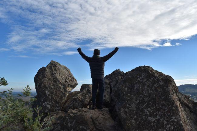 オーストラリア、メルボルン、ハンギングロックで軽いウォーキング<br />メルボルンから北西に車で約1時間(77km)に位置するハンギングロックと呼ばれる標高718mの低山。<br />往復約1.8km、50分くらいのウォーキングコースです。<br />火山でできた浸食された岩が綺麗です。<br />地元では Picnic at Hanging Rockの小説、映画の舞台となった場所で知られています。<br />また過去には、The Eagles、Rod Stewart、Bruce Springsteenなどのコンサートも開かれています。<br />公園は、09:00AM-17:00PMまで開園、入園料金が必要です(乗用車で$10.00)。<br />ハンギングロック公園詳細(英語):https://www.mrsc.vic.gov.au/<br /><br />