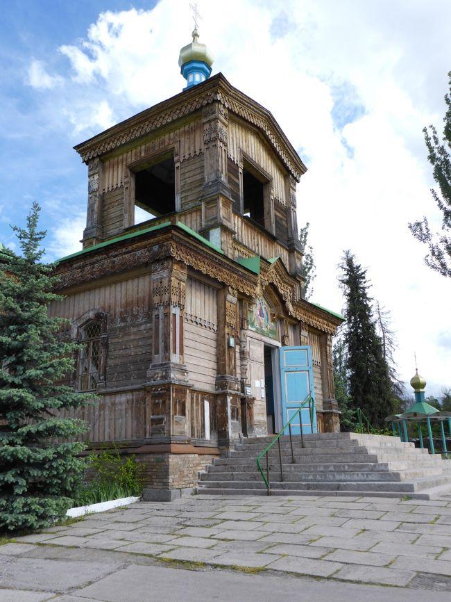 キルギスにはカザフスタンから陸路で入国した。<br />VISAは不要です。<br />日本の観光客だと入国は簡単です。<br />旅券のチェックだけで荷物の検査もなかった。<br />然し国境越えは荷物を持ってそこそこの距離を歩かなければならない。<br /><br />キルギスへの旅行の主な目的は「天山山脈」と「イシク・クル湖」及び「ビシュケク」の見学です。<br />三蔵法師がインドへ向かう際に通った地域なので興味があった。<br />「イシク・クル湖」は「チチカカ湖」に次ぐ標高の高い湖らしい。<br />琵琶湖の9倍の面積で標高は1606mの「塩湖」です。<br />「ユルト」(標高2200m)はスイスの山間のような風景のところです。(写真参照)<br />ボコンボエ村で「鷹匠」の家に寄り本物の「タカ」に触ったのは初めてでいい経験になった。(写真参照)<br /><br />日本との時差は3時間。<br />Yモバイルの携帯電話でもローミングサービスが使用可能です。<br /><br />気候的には日本の春くらいの感じで快適に過ごせた。<br />標高が高い(ビシュケクで800m)ので寒いのに弱い人は上着が必要かも・・・カラコルの標高は1745mです。<br />カザフスタン同様、国内での「回教」の影響はそれほど大きくないように感じた。<br /><br />通貨はスムcomです。<br />公式レートはUS$1が69スムくらいですが街中の両替店ではUS$50以上でないと両替に応じてくれない。<br />大きなレストランやホテルを除いて基本的に街中では現地通貨しか使用出来ない。<br />現地のガイドはUS$1を60スム(公式レートよりも割高)で両替していたが1ドルからでも両替してくれたのでこれを利用した。<br />然し両替したのはタバコWestの購入代金60スム(US$1)だけです。<br />タバコは安いので喫煙者には都合がいい。<br />WinstonやWestの銘柄のタバコが大体60~85スムです。(日本円で約120~160円)<br />成田の免税店でWinstonの価格が280円だから格段に安い。<br />帰国時に空港の免税店で購入すればもっと安く買えると思ったのですが逆に高価だった。<br />街中で60スムのタバコが免税店では92スムくらいで売られていた。<br />以前、「支那」へ行った際も同様だった。免税店で買うよりも街中の煙草屋で買った方がはるかに安かった。<br /><br />ホテルやレストラン以外のトイレは殆ど有料です而も汚い。(5~10スム)<br /><br />キルギスで見かけたオートバイは走行中のもの僅か3台だった。而も小型のものだけで中型・大型のものは見なかった。<br />カザフスタン同様、オートバイに乗ることは「見栄」が邪魔をするのか?<br /><br />「三位一体教会」には「朝鮮人」の観光客が来ていた。<br />然し今回「支那人」の観光客は見かけなかった。<br /><br />表紙の写真はカラコルの「三位一体教会」です。<br />松の木で造られた木造のロシア正教会です。<br /><br /><br />写真はクリックすると拡大されて見易くなります。<br /><br /><br /><br /><br />