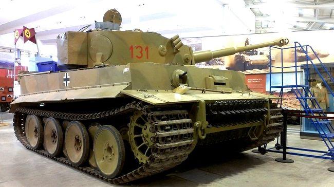 中世の町バース(Bath)を散策した後は、質と量ともに世界一と言われる戦車博物館であるボービントン戦車博物館(Bovington Tank Museum)で、近代兵器技術の結晶である各国の戦車を数多眺める。そして、4000年前の遺跡ストーンヘンジ(Stonehenge)を巡り、ロンドンへの帰路につく。タイムスリップしたかのような一日。<br />ボービントン戦車博物館(Bovington Tank Museum)に到着。ここは、なんと300両の戦車が保存されている。世界一の戦車博物館にふさわしく半端ない車輌数と保存状態。戦車の大英博物館である。<br />ロンドンから200kmちょいくらいなので、距離的には、たいしたことはないが(高速道路で2時間)、場所がとても辺鄙なところにある。飛行機も戦車も敷地を要するのでしかたないが、こういった博物館を巡るのはいつも一苦労する。<br />ちなみにボービントンで戦車博物館のスタッフに近くのガソリンスタンドを尋ねたところ、教えてくれたのは数キロ離れた村のガソリンスタンドだった。つまり、周囲には全くなにもない場所。<br /><br />続きはコチラから↓<br />https://jtaniguchi.com/%e6%b5%b7%e5%a4%96%e3%83%84%e3%83%bc%e3%83%aa%e3%83%b3%e3%82%b0-%e3%82%a4%e3%82%ae%e3%83%aa%e3%82%b9%e7%b7%a8%e2%91%a3/<br /><br />