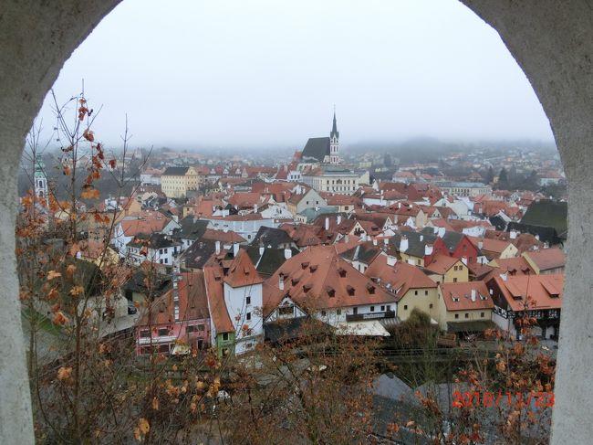 ヨーロッパのチェコ国の旅行に行く前までは、チェコの国ついては余り知らなかった。少し前まではチェコスロバキアと云う国だったこと、そして、よく聞く「プラハの春」であるが、どうゆうことだったのか、よくわからないままになっていた。 <br /> しかし、チェコだけのツアーに参加する事になり、事前の調べで分かったことは、なんと素晴らしい国なのだろうかと理解できた。短期間の自由が利かないツアー旅行だったにも関わらず、チェコの一端を観ることが出来たのは大きな収穫だった。<br /> この旅行記は①チェスキークルムロフを歩く ②クトナーホラ周辺編と ③プラハ編の3部構成で紹介します。今回はフルボカー城を含む、その①チェスキークルムロフを歩くに付いて書きます。