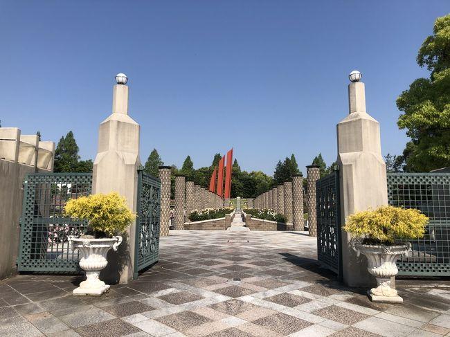 荒牧バラ公園は、兵庫県伊丹市荒牧にある日本の公立都市公園で、植物園でのバラ展示を第一の目的として造成された公園です。テラス式庭園として、南欧風にデザインされた園内に世界のバラ約250種1万本を栽培しているそうです。<br /><br />【参考サイト】<br />https://hccweb1.bai.ne.jp/midoriplaza/04_kaika/04.html<br />