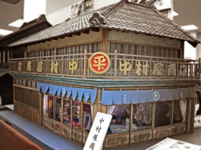 梅雨がやって来る前の初夏の女子旅は、1万株の薔薇を愛で、レトロな街並みが残る水郷・佐原へのお散歩旅。<br /><br />佐原は北総の小江戸と呼ばれ、東京(200年前は、お江戸)では遥か昔に失われてしまった江戸情緒を感じられる町並みが残る地域であり、関東三大小江戸(川越、栃木、佐原)の1つに数えられる町です。<br /><br />寛政12年創業のお醤油屋さんに、300年前に架けられた木製の橋、大正3年に建てられたルネサンス建築の煉瓦洋館など江戸時代から昭和初期にかけての歴史的建造物が水路に沿って立ち並ぶ風景は、ノスタルジー感が満載で、小江戸ロマンチカ。<br /><br />友人と二人、朝7時から歩いて・あるいて33000歩(約20km)。<br /><br />レトロな小江戸を満喫する女子旅:梅雨入り前のオトナ遠足20km -後編 旅行記です。   <br /><br />☆★☆梅雨入り前のオトナ遠足20km 旅行記 ★☆★<br />前篇:クレオパトラのパティオで女子力UP♪【京成バラ園】<br />https://4travel.jp/travelogue/11503099<br /><br />後編:小江戸ロマンチカ☆レトロな水郷そぞろ歩き【佐原】<br />https://4travel.jp/travelogue/11506619