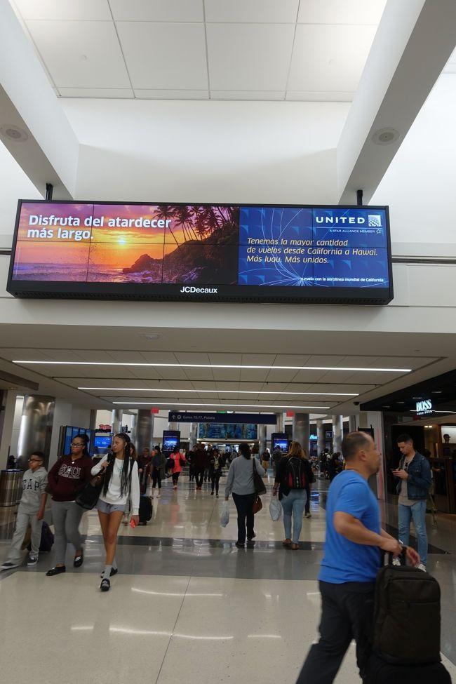 さて、友人を訪ねるカリフォルニア、サン・フランシスコ、そしてロス・エンジェレスの旅も終わってしまって、帰国です。<br />UAはNRT - SFOには777-300ERでプレミアエコノミー設定があるのに、LAXからのNRT便は787-900でそれがないんですな。<br /><br />正真正銘のエコノミーに乗って帰ってきました。こりゃ辛い。<br /><br /> 右側三列の一番奥の窓際にはアジア系の小さなおばさんが来た。すると後ろの窓側、そしてまんなかの3列のはずれに10代の娘と息子がすわっている。おばさんはほとんど英語がわからない。でも、ベトナムからの移民で、おかあさんが亡くなったので、ベトナムへ帰るところだというのはわかりました。この英語でアメリカで暮らしていけるってことなのかなぁ。ベトナムコミュニティに暮らしているのかなぁ。