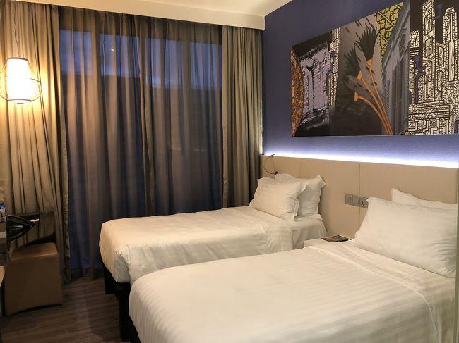 2019年2月からJGC修行を始めております。<br />先月は修行2回目ということで、1泊3日でシンガポールに行ってきました。<br /><br />今回の旅行記は宿泊先に選んだメルキュールシンガポールブギスホテルについてです。<br /><br />初シンガポールだった私がこのホテルを選んだ理由は以下の通り。<br /><br />(1)チャンギ国際空港から地下鉄の乗り換えなし<br />(2)地下鉄の駅から徒歩5分圏内<br />(3)プールがある<br />(4)コンビニが近い<br />(5)どこにでも行きやすい立地<br />(6)1泊あたり15000円以下<br /><br />シンガポールにも様々なエリアがありますが、私にとって(1)(2)は必須条件でした。やはり土地勘がわからないことや女性ひとり旅ですので、空港からのアクセスもよく、駅からもなるべく近い方が安心です。<br /><br />更に(3)(6)であればなお嬉しい…ということで悩み抜いて決めたのがメルキュールシンガポールブギスホテルでした。<br /><br /><br />今回は空港からホテルまでの行き方、部屋、プール、屋上、エントランスをご紹介します。