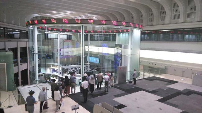 中央区の区民カレッジ、わが町を知ろうシリーズ:<br />今回は東京証券取引所です。<br />TVで見慣れた光景が生で見られ歴史や役割、資料館の説明もしていただきました。<br /><br />江戸時代からのコメ相場、明治維新からは生糸。<br />1878年東京証券取引所は渋沢栄一が西では大阪証券取引所を<br />五代友厚が創設し今では年間600兆物取引があるのだそうです。<br /><br />一般の方も見学でき又グループでも見学できます。この日は高校生など10組ほどの方達が来場したとか。<br />東京証券取引所に入ったのは初めてですがお勉強させていただき、お土産までいただきました。<br /><br />兜町周辺には銀行発祥の地、第一国立銀行跡、現みずほ銀行。<br />兜神社、鎧橋、海運橋石柱、などあります。<br />日本橋駅や茅場町駅から5分ほどのところにある東京証券取引所。<br />見学受付は西口。<br />
