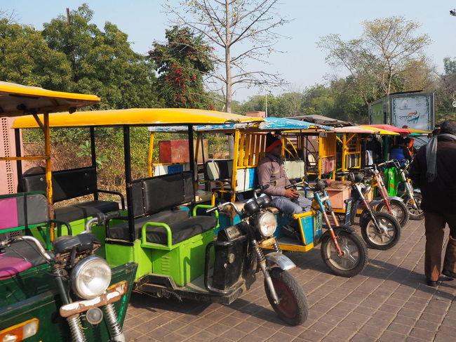 いつかは行ってみたかったインド!<br />事前情報を集めれば集めるほどにビビってしまって個人ではなかなか勇気が出ず、初インドはすべてコミコミの添乗員さん同行ツアーにて楽しみました♪<br /><br />旅行記③は4日目のアグラ観光の様子です。<br /><br />今回のツアーはデラックスホテルに宿泊だったのですが、随所でインドを感じ、インド初心者にも安心して楽しめる内容でした。<br /><br />時期は2月中旬。<br />暑すぎず寒すぎず、すごく良い季節です。