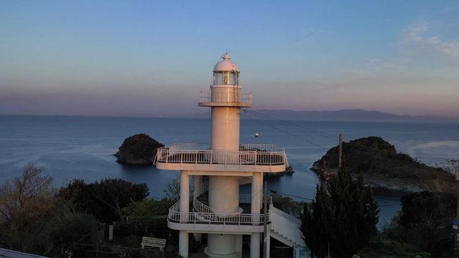 静かな早朝、灯台に登ると綺麗な黄金の朝日が昇りはじめました。<br />待ってました、この瞬間。<br />すばらしいタイミングに巡り会えて感動。<br />絶景の海原に灯台が映えます。<br />雑賀崎の灯台、日の出,灯台巡り,和歌山県,2019年4月