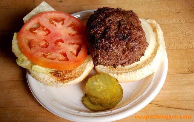 ベーグル、ステーキ、パストラミサンドイッチ『これぞニューヨーク』と言う食べ物は山ほどあれど、横綱は『バーガー』でしょう。<br /><br />日本のゆるゆるなバンズ&ハンバーグを食べつけると、ニューヨークで食べるハンバーガーは違う食べ物?<br /><br />これが『バーガー』?インド人もびっくり?<br /><br />◆サマリー<br /><br />私の中のハンバーガーは『注文が大変な食い物』でした。<br /><br />イタリア系ニューヨーカーの同僚に連れられて入った『デリカテッセン(デリ)』のカウンターでは行列ができており、注文するのにとても緊張しました。<br /><br />:<br /><br />自分の順番が来ると、なかの黒人のお兄さんから極度の早口で、バンズは何にする?バンズは焼くか?ハンバーグの焼き方はどうする?野菜はどうする?マヨネーズはどうする?フライはどうする?ピクルスは要るか?<br /><br />:<br /><br />『ああー、もう、何でもいいから、普通のハンバーガーくれ!!!』『あー、サラダバーにしとけばよかった』と後悔してももう遅い(笑)<br /><br />:<br /><br />そんな苦労の末に手に入れたハンバーガーは、細かいスペックを聞くだけあって『好みの具合に仕上げられたテーラーメイド品』でした。ただの肉の塊のようなハンバーグも『ザ・肉』と言う感じで『まるでステーキ』。<br /><br />付け合せのフレンチ・フライだけでお腹いっぱいになりそう。<br /><br />そして、私の心をつかんだのは『ピクルス』でした。元々、酸っぱい物が好きな私はたった一度で虜になりました。しかも、ケチャップと同じくらい、無造作にたくさん袋に放り込んでくれるし(笑)<br /><br />◆お店情報<br /><br />店名:The Corner Bistro<br />営業時間:1130-2800<br />電話番号:+1 212-242-9502<br />HP:https://www.cornerbistrony.com/index.php<br />住所:331 West 4th Street, New York, NY 10014<br />場所:ウェスト・ビレッジ<br /><br />◆つづきはこちら!<br /><br /> https://www.escape2bangkok.com/entry/the-corner-bistro-new-york<br /><br />◆ニューヨーク美味い物<br /><br /> https://www.escape2bangkok.com/entry/category/oversea-travel/newyork-navi/nyc-gourmet