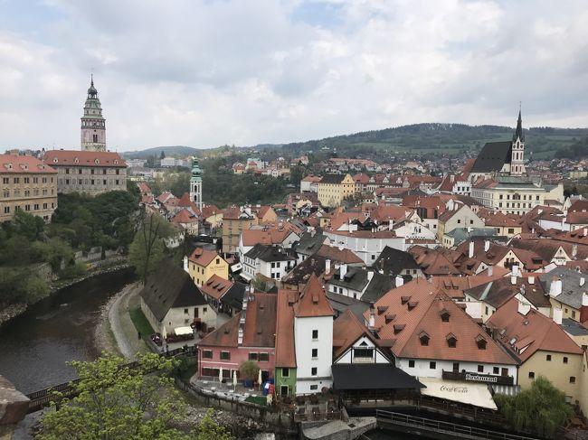 今年のGWは10連休。行先を検討した結果、この数年ずっと行ってみたかったチェスキークルムロフとハルシュタットに決定。せっかくチェコとオーストリアへ行くので、プラハとウィーン、ザルツブルクも再訪しました。連休開始前日夜に出発し、連休終了翌日早朝に帰国する9泊12日の旅となりました。<br /><br />元々は、JALのマイルで、ワンワールドの特典航空券を購入しヨーロッパへ行く計画を立てていたのですが、既にどの航空会社も日本発着便の特典航空券に空きは無くなっていました。そんな中、エミレーツの香港発着なら空席を発見。そこで、日本と香港間は、別途航空券を購入し、行きも帰りも香港発着で行くことに決定。行き(成田→香港→ドバイ→プラハ)、帰り(ウィーン→ドバイ→香港→成田)という行程です。香港と欧州間は、いずれもエミレーツ航空。初めて乗るエミレーツ航空も今回の旅の楽しみの一つでした。<br />ということで、香港1泊、プラハ3泊、チェスキークルムロフ1泊、ハルシュタット1泊、ザルツブルク1泊、ウィーン2泊の9泊12日の旅です。<br />オーストリアは17年ぶり6度目、チェコも同じく17年ぶりで3度目です。<br /><br />Vol.4は、チェスキークルムロフ編。今回の旅のメインイベントの一つです。チェスキークルムロフは、中世の街並みがそのまま残る美しい街、世界遺産にも登録されています。<br />宿泊したホテルは、「ホテルルゼ」でした。